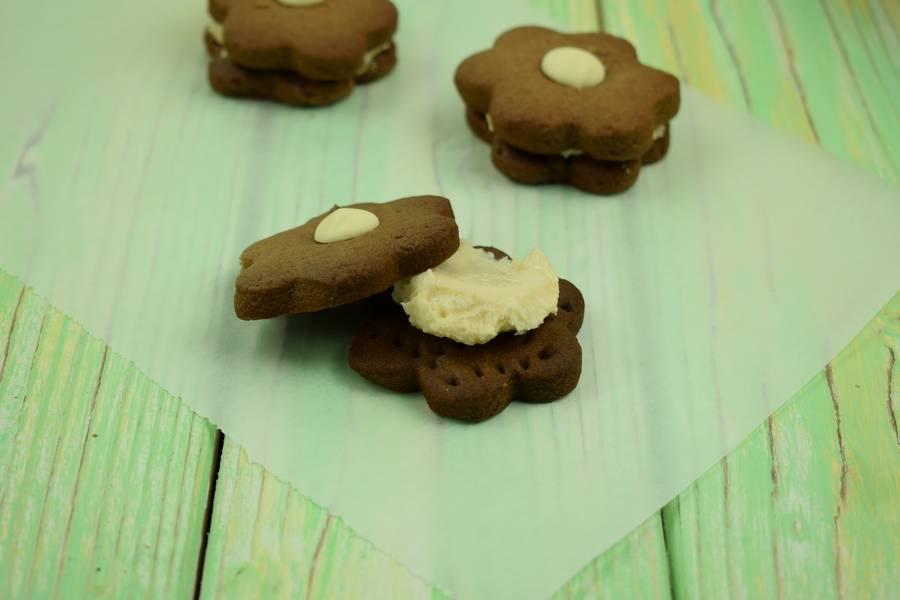 Приготовление шоколадного печенья с кокосово-арахисовым кремом шаг 6