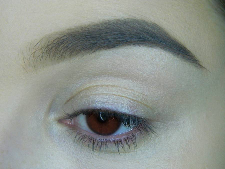 Выполнение яркого макияжа для карих глаз шаг 1