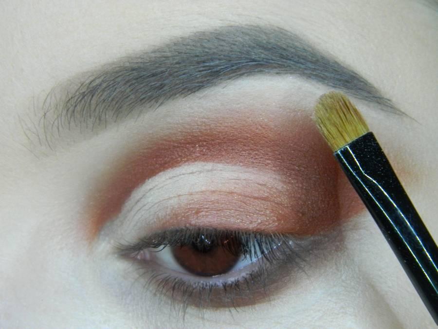 Выполнение яркого макияжа для карих глаз шаг 10