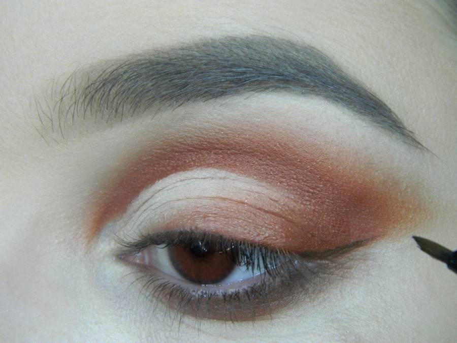 Выполнение яркого макияжа для карих глаз шаг 11