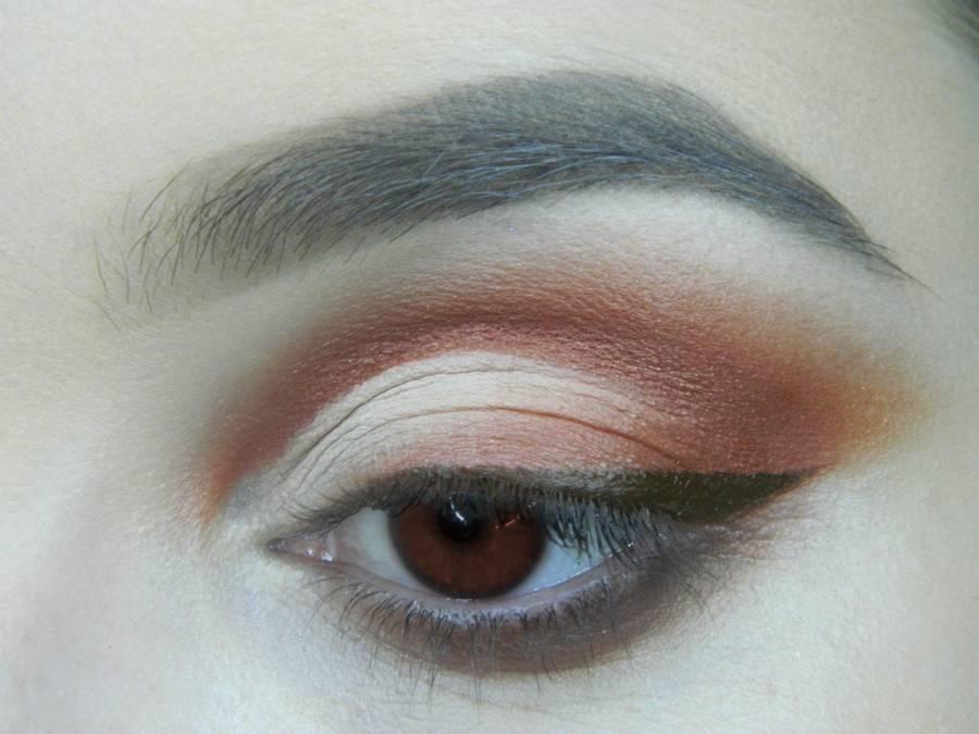 Выполнение яркого макияжа для карих глаз шаг 12