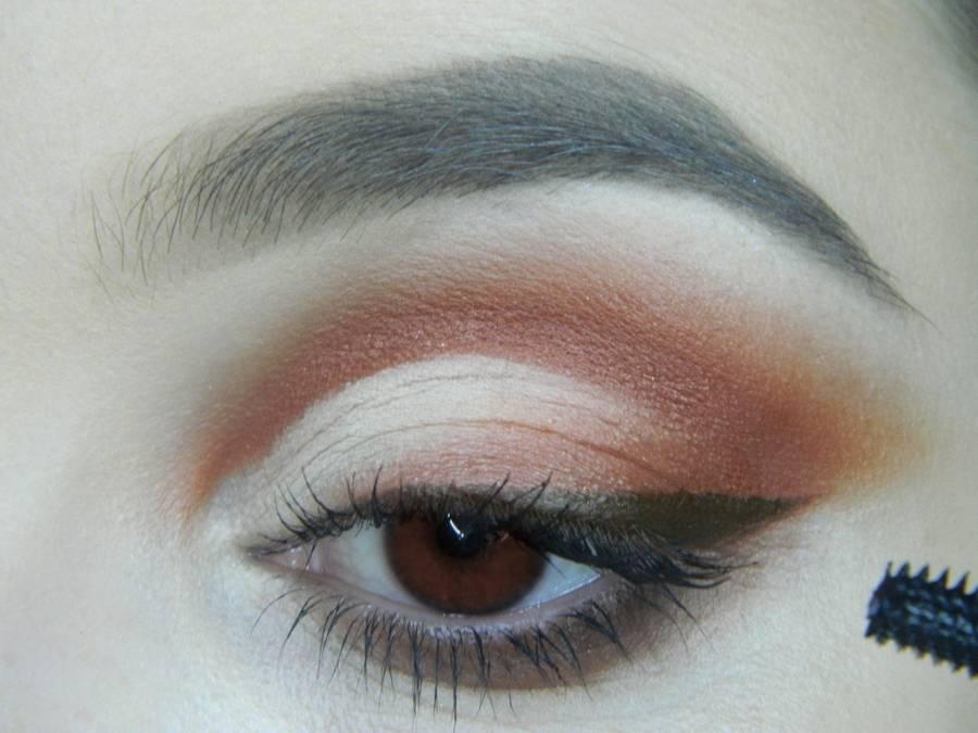 Выполнение яркого макияжа для карих глаз шаг 13