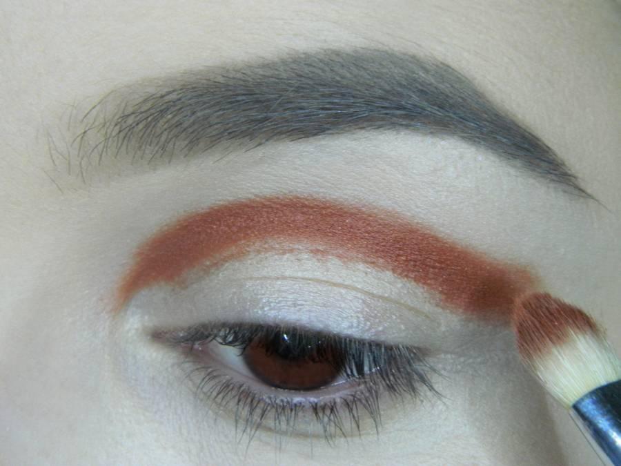 Выполнение яркого макияжа для карих глаз шаг 2