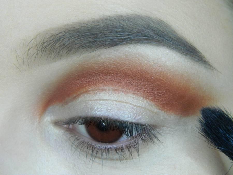 Выполнение яркого макияжа для карих глаз шаг 3
