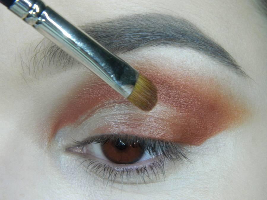 Выполнение яркого макияжа для карих глаз шаг 4