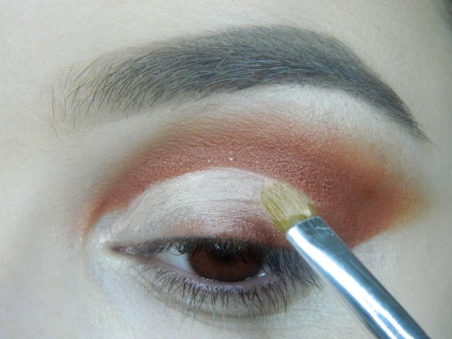 Выполнение яркого макияжа для карих глаз шаг 5