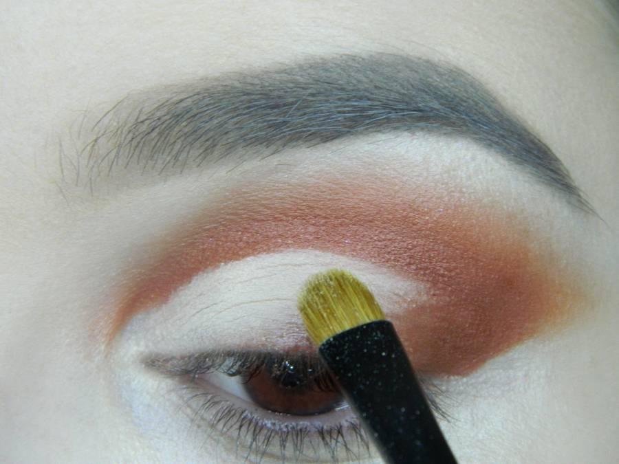 Выполнение яркого макияжа для карих глаз шаг 6