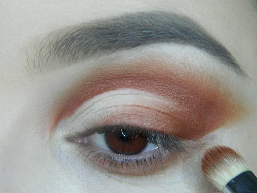 Выполнение яркого макияжа для карих глаз шаг 8