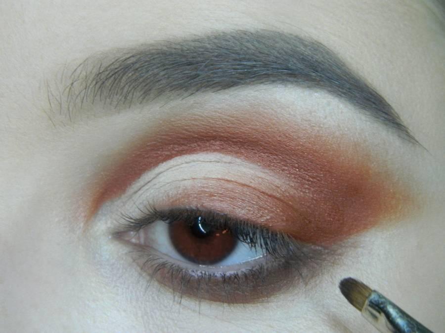 Выполнение яркого макияжа для карих глаз шаг 9
