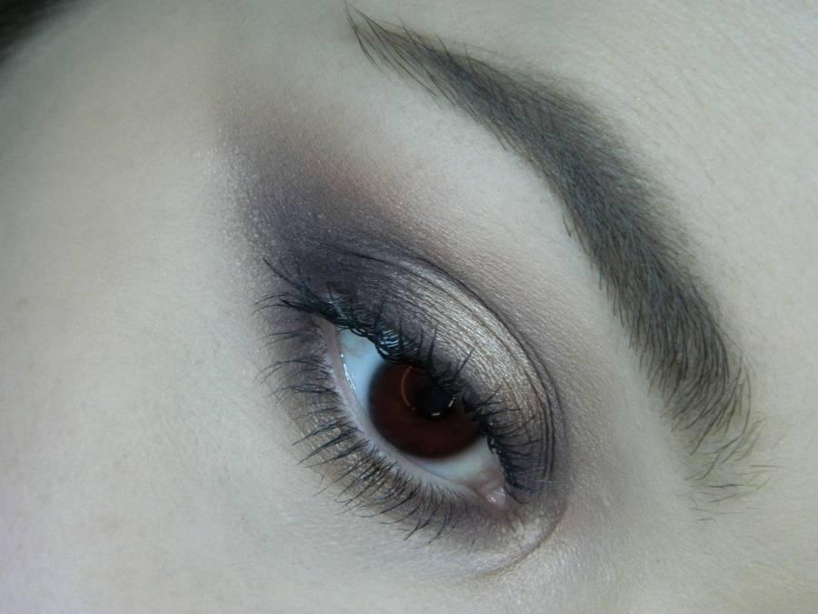 Легкий серо-бежевый макияж для карих глаз
