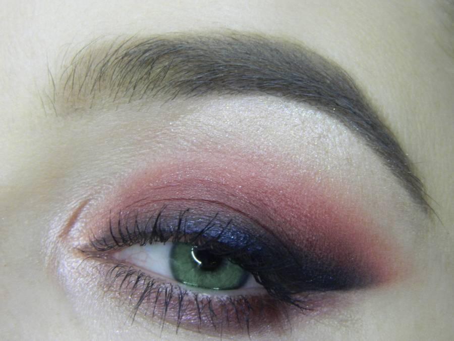 Макияж в сливовых тонах с растушеванной стрелкой для зеленых глаз
