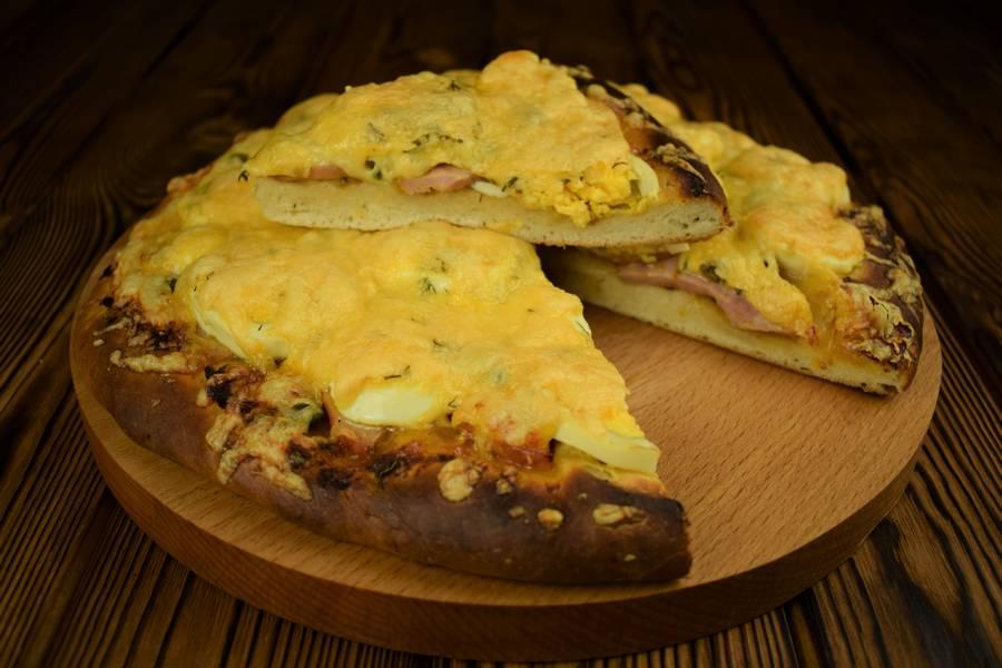 Пицца с ветчиной, яйцом и каперсами