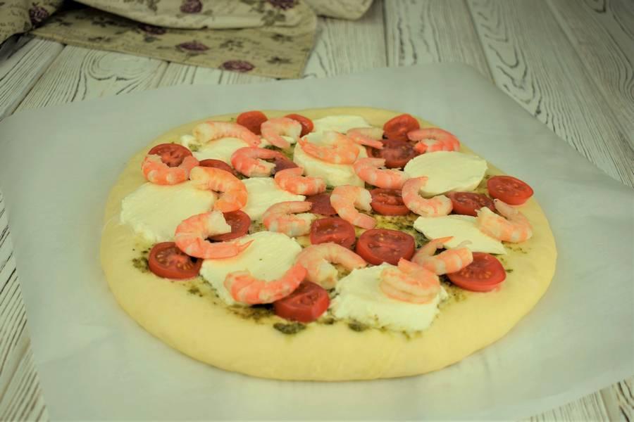 Приготовление пиццы с черри, моцареллой, креветками шаг 10