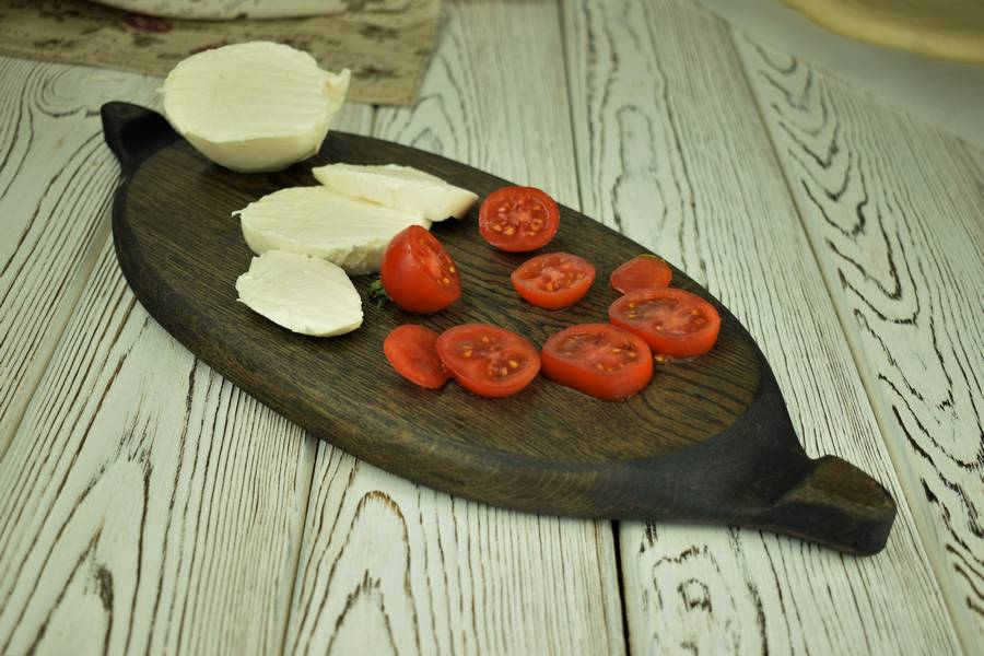 Приготовление пиццы с черри, моцареллой, креветками шаг 5