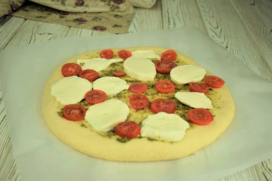 Приготовление пиццы с черри, моцареллой, креветками шаг 9