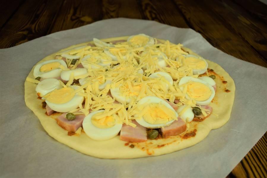 Приготовление пиццы с ветчиной, яйцом и каперсами шаг 10
