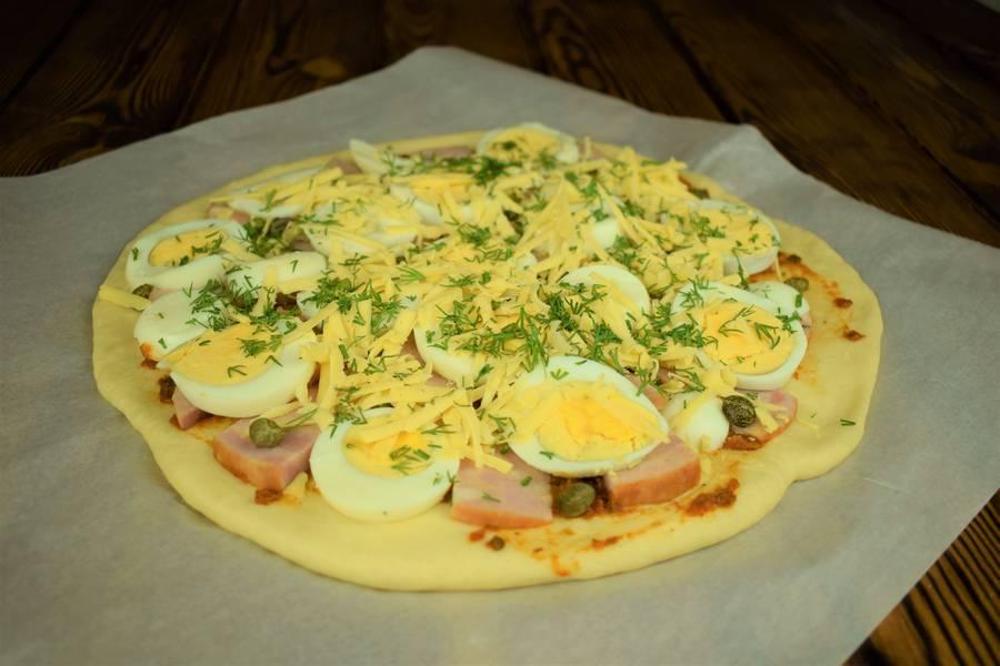 Приготовление пиццы с ветчиной, яйцом и каперсами шаг 11