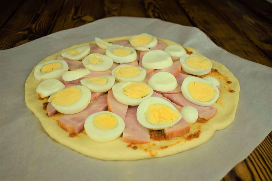 Приготовление пиццы с ветчиной, яйцом и каперсами шаг 8