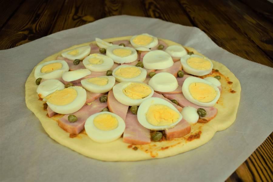 Приготовление пиццы с ветчиной, яйцом и каперсами шаг 9