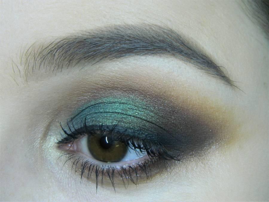 Вечерний макияж с изумрудным акцентом для карих глаз
