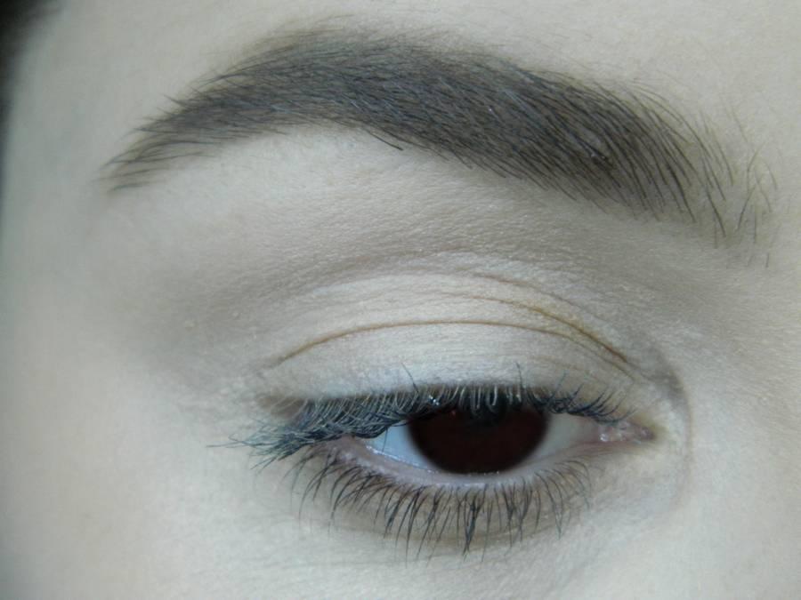 Выполнение легкого макияжа в серо-бежевом тоне для карих глаз шаг 1