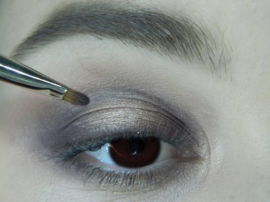 Выполнение легкого макияжа в серо-бежевом тоне для карих глаз шаг 10