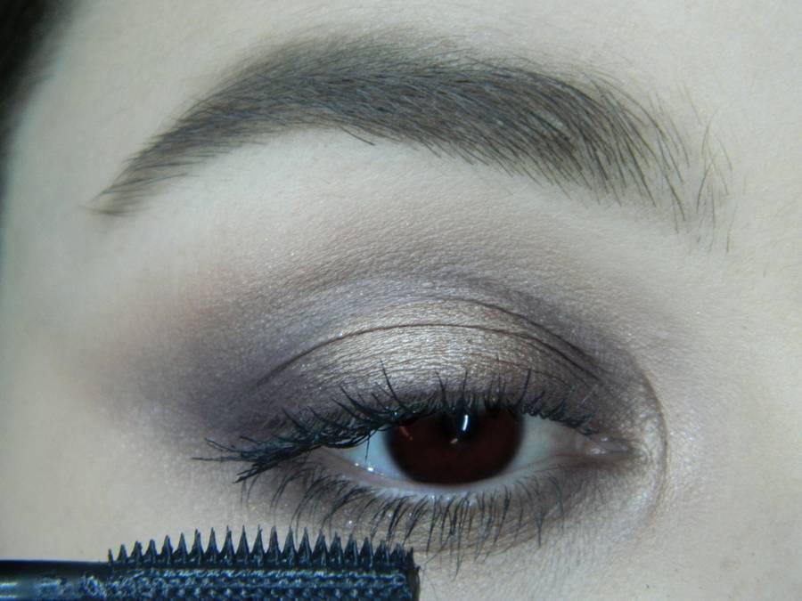 Выполнение легкого макияжа в серо-бежевом тоне для карих глаз шаг 11