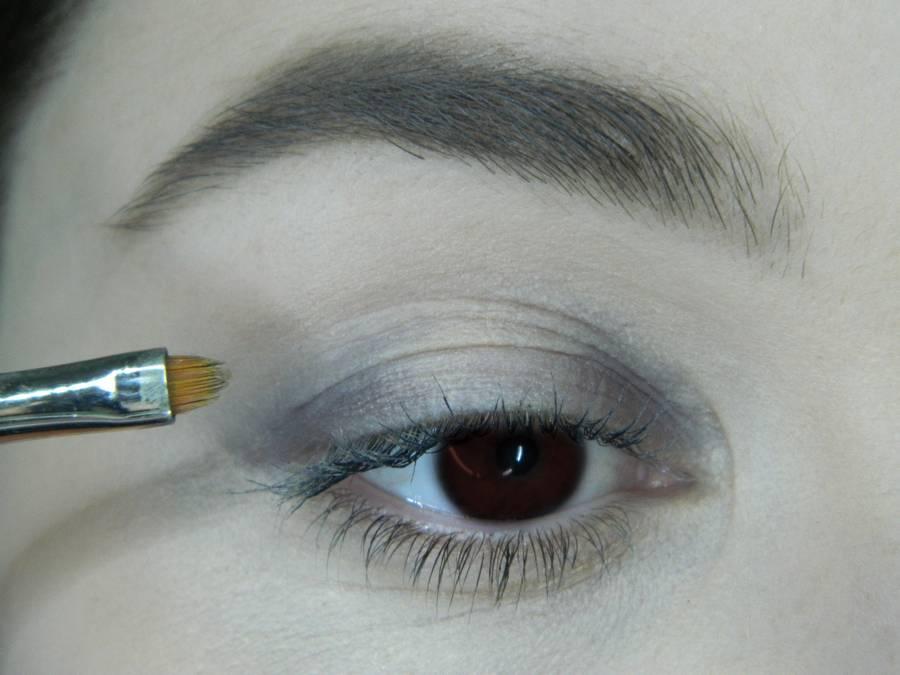 Выполнение легкого макияжа в серо-бежевом тоне для карих глаз шаг 2