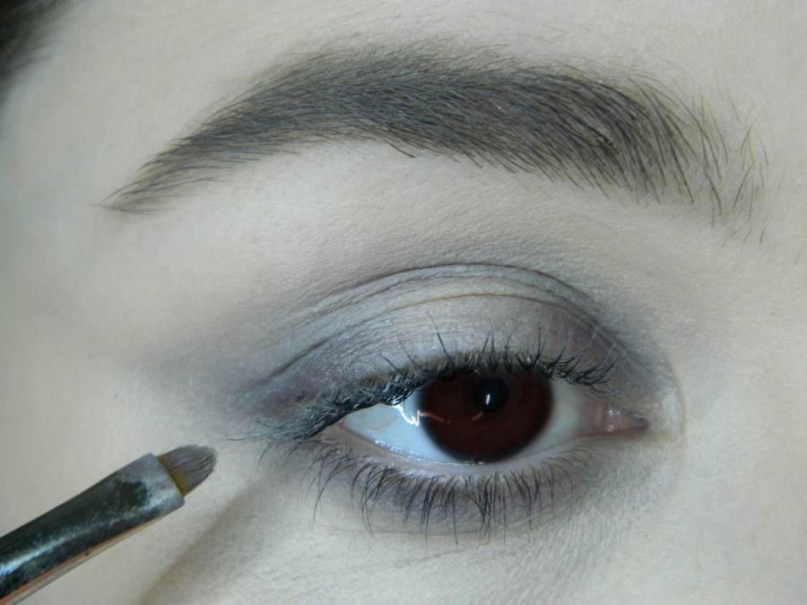 Выполнение легкого макияжа в серо-бежевом тоне для карих глаз шаг 3