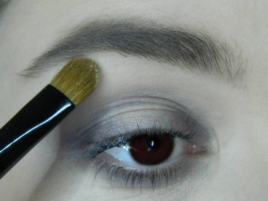Выполнение легкого макияжа в серо-бежевом тоне для карих глаз шаг 4
