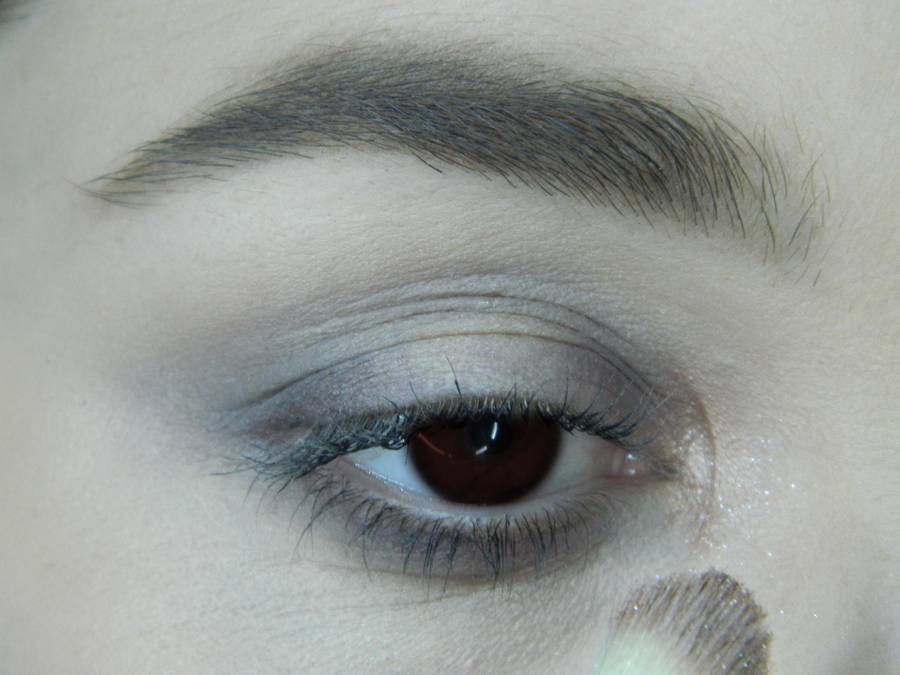 Выполнение легкого макияжа в серо-бежевом тоне для карих глаз шаг 5