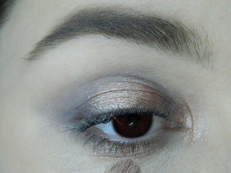 Выполнение легкого макияжа в серо-бежевом тоне для карих глаз шаг 6
