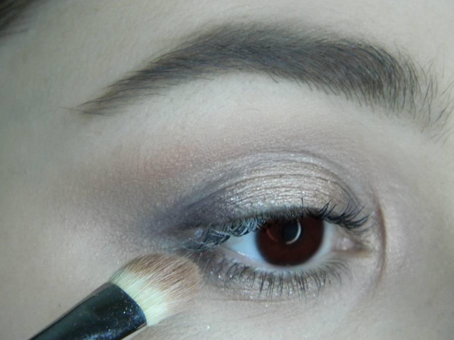 Выполнение легкого макияжа в серо-бежевом тоне для карих глаз шаг 7