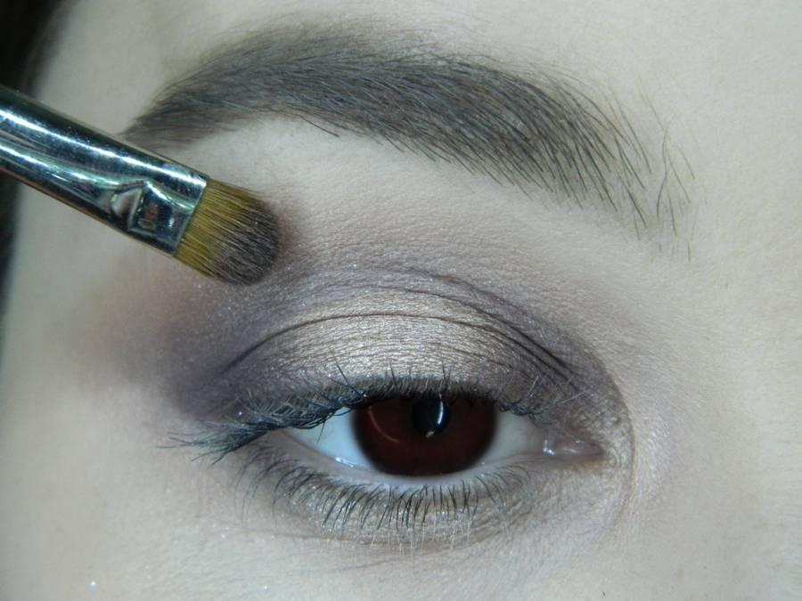 Выполнение легкого макияжа в серо-бежевом тоне для карих глаз шаг 8