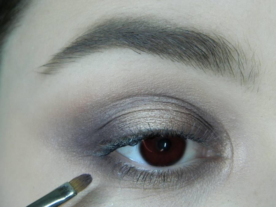 Выполнение легкого макияжа в серо-бежевом тоне для карих глаз шаг 9