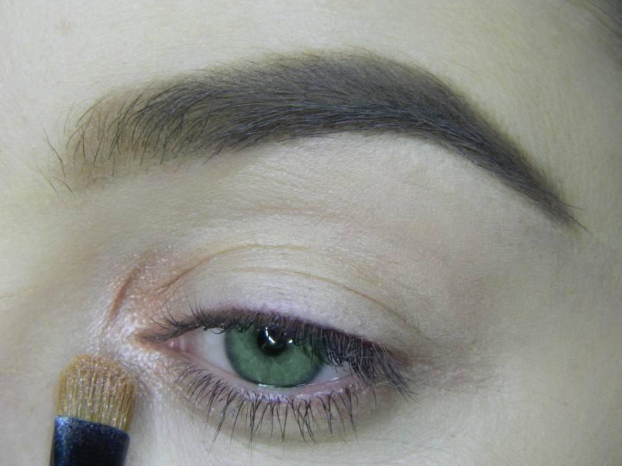 Выполнение макияжа в сливовых тонах с растушеванной стрелкой для зеленых глаз шаг 1