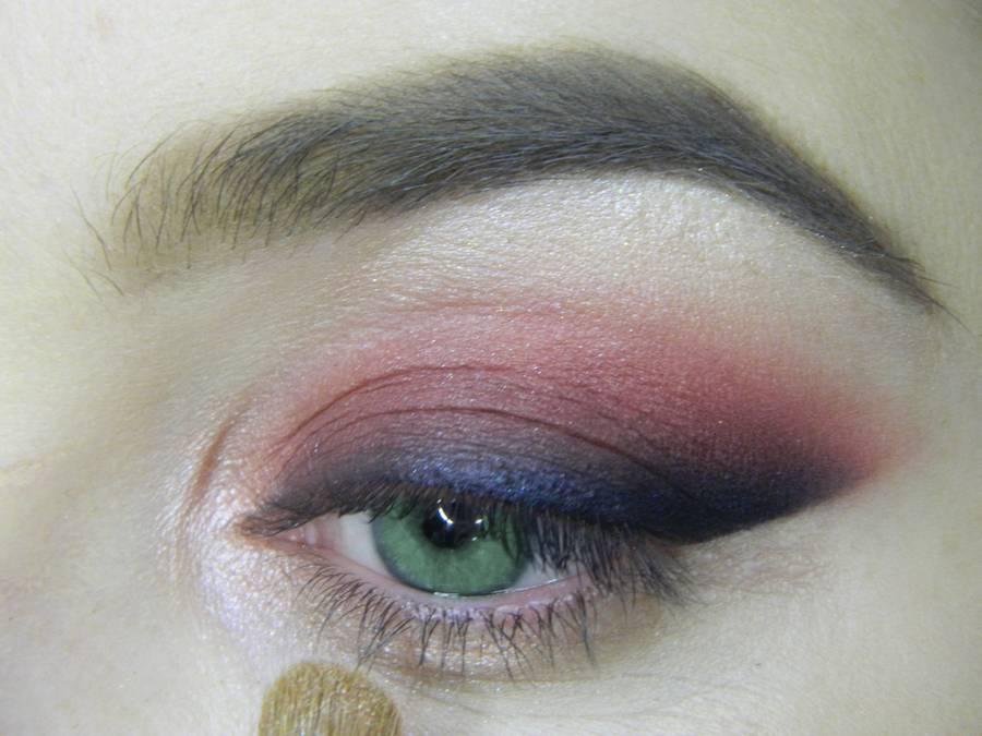 Выполнение макияжа в сливовых тонах с растушеванной стрелкой для зеленых глаз шаг 10