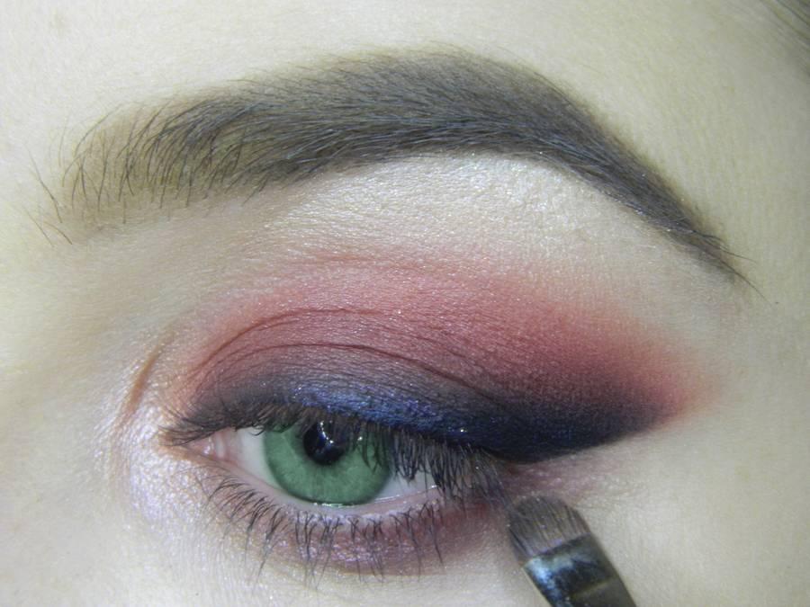Выполнение макияжа в сливовых тонах с растушеванной стрелкой для зеленых глаз шаг 11