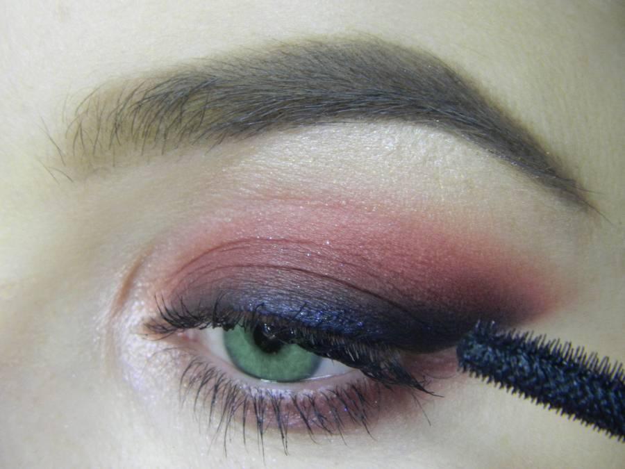 Выполнение макияжа в сливовых тонах с растушеванной стрелкой для зеленых глаз шаг 12