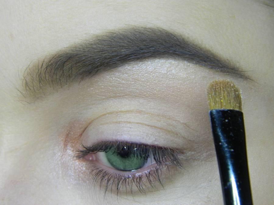 Выполнение макияжа в сливовых тонах с растушеванной стрелкой для зеленых глаз шаг 2