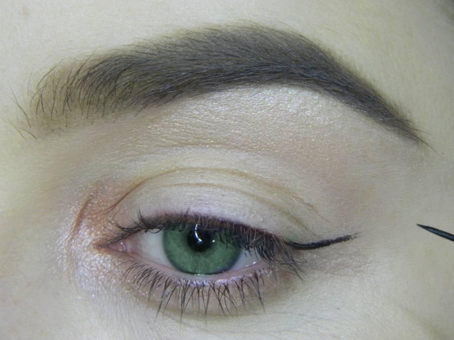 Выполнение макияжа в сливовых тонах с растушеванной стрелкой для зеленых глаз шаг 3