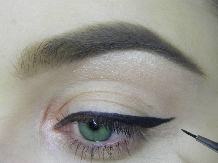 Выполнение макияжа в сливовых тонах с растушеванной стрелкой для зеленых глаз шаг 4