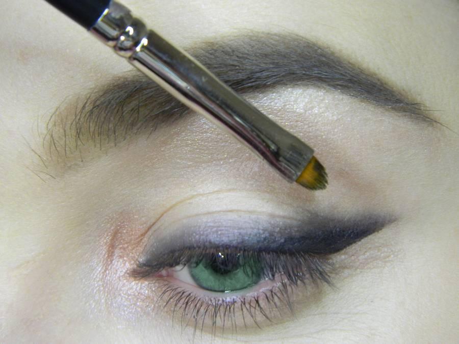 Выполнение макияжа в сливовых тонах с растушеванной стрелкой для зеленых глаз шаг 5