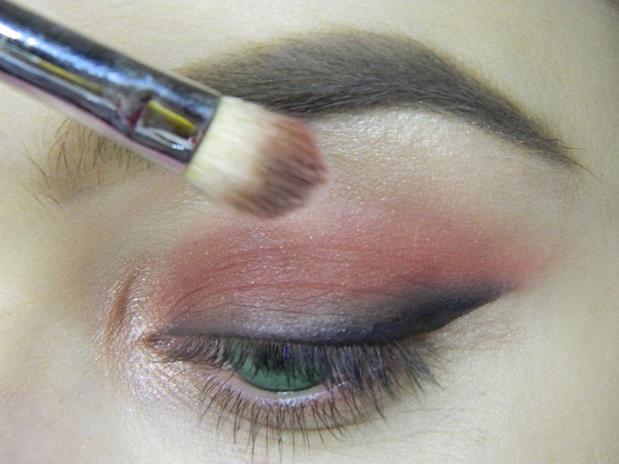 Выполнение макияжа в сливовых тонах с растушеванной стрелкой для зеленых глаз шаг 6