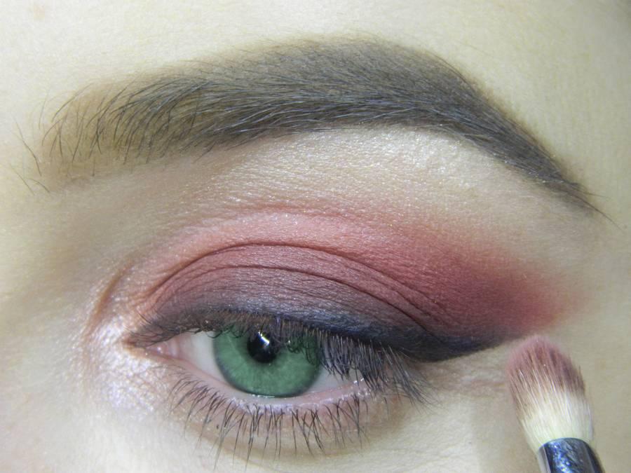 Выполнение макияжа в сливовых тонах с растушеванной стрелкой для зеленых глаз шаг 7