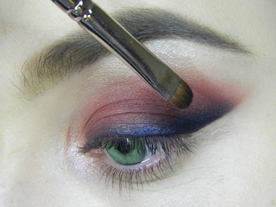 Выполнение макияжа в сливовых тонах с растушеванной стрелкой для зеленых глаз шаг 8