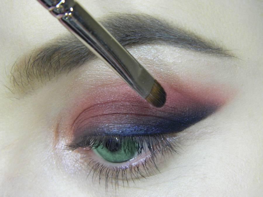 Выполнение макияжа в сливовых тонах с растушеванной стрелкой для зеленых глаз шаг 9