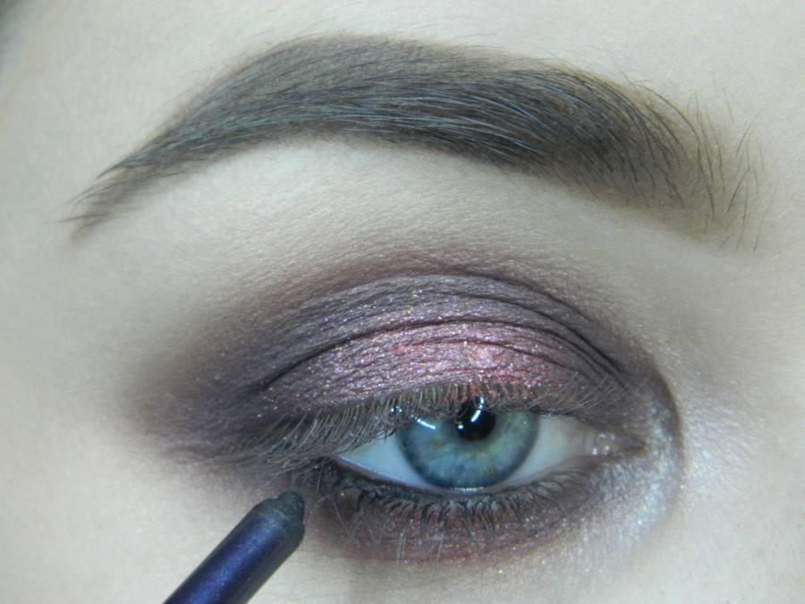 Выполнение томного вечернего макияжа в сливово-розовых тонах шаг 10
