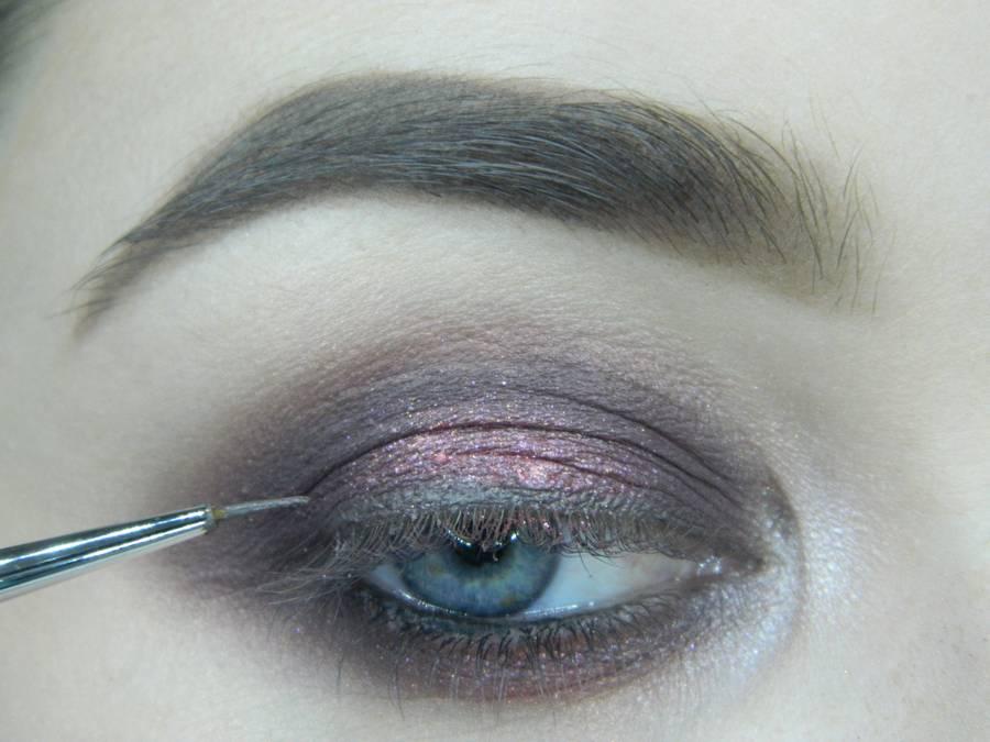 Выполнение томного вечернего макияжа в сливово-розовых тонах шаг 11
