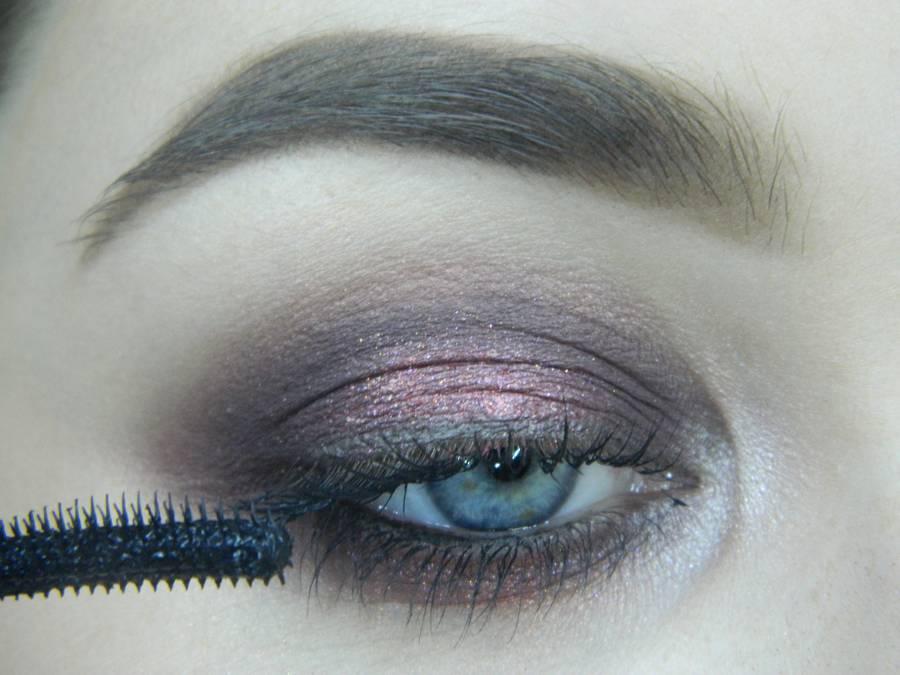 Выполнение томного вечернего макияжа в сливово-розовых тонах шаг 12